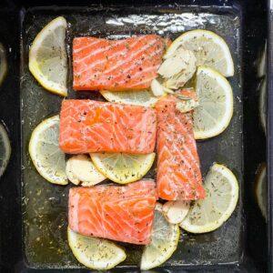 Salmon prepared with lemon and garlic